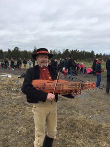 Riksspelman Leif Alpsjö med nyckelharpa.  Foto: Clara Åkesson.